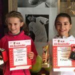 Das Bild zeigt die im Wettbewerb der unter 11-Jährigen Mädchen zweitplatzierte Angelina Schmidt vom TC Gerlingen neben der Siegerin Louanne Djafari vom TKB.(rechts).